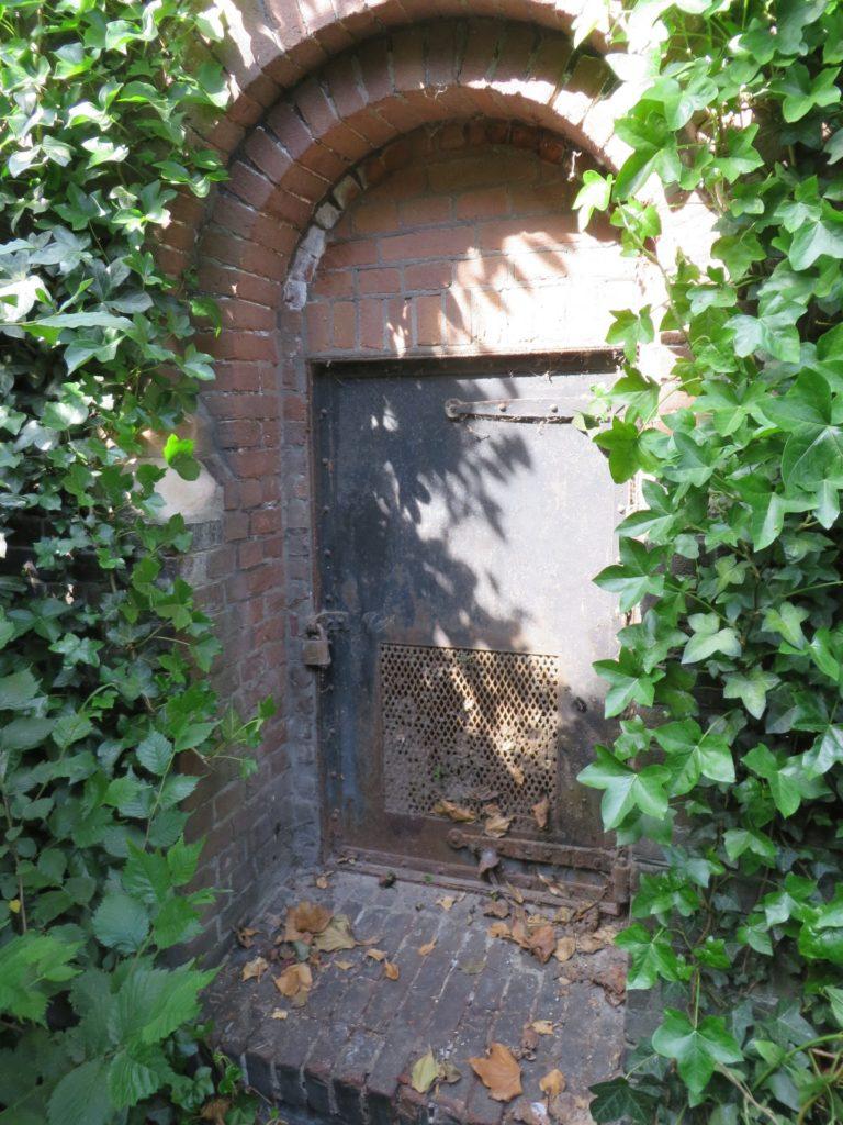 Toegangsdeurtje oude schoorsteen