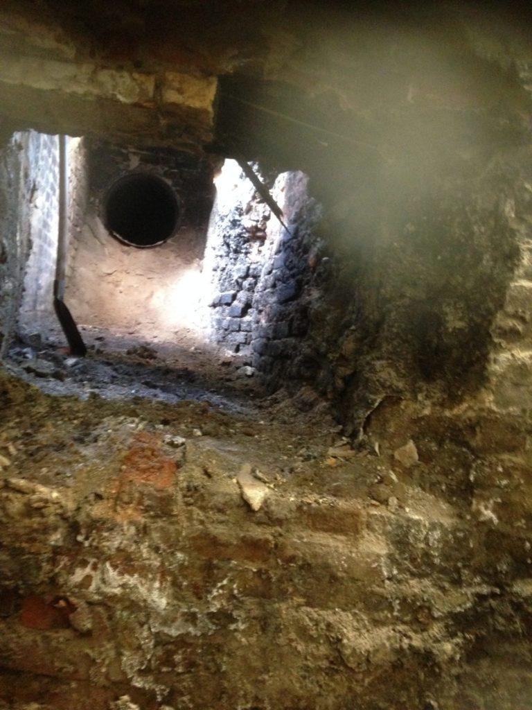 Inkijk bouwkundige schoorsteen vanuit ketelhuis